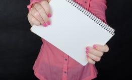 Jeune femme dans la chemise rose Images libres de droits