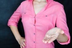 Jeune femme dans la chemise rose Image libre de droits