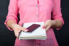 Jeune femme dans la chemise rose Image stock