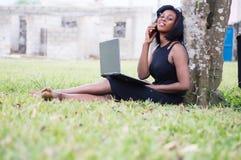Jeune femme dans la communication en parc photographie stock libre de droits