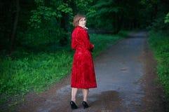 Jeune femme dans la couche rouge Photo libre de droits