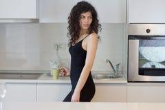 Jeune femme dans la cuisine image stock