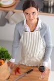 Jeune femme dans la cuisine avec des verres d'un vin Photo libre de droits
