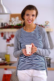 Jeune femme dans la cuisine avec des verres d'un vin Photographie stock libre de droits