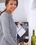 Jeune femme dans la cuisine avec des verres d'un vin Photos libres de droits