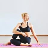 Jeune femme dans la demi pose spinale de torsion Photo libre de droits