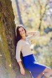 Jeune femme dans la forêt d'automne Photo stock