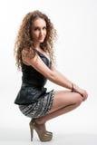 Jeune femme dans la jupe courte Photo stock