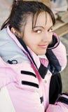 Jeune femme dans la jupe de ski extérieure images libres de droits