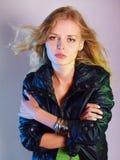 Jeune femme dans la jupe en cuir photographie stock