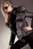 Jeune femme dans la jupe en cuir image stock