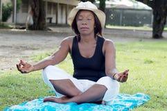 Jeune femme dans la méditation photographie stock