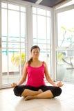 Jeune femme dans la méditation de yoga Photo stock