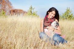 Jeune femme dans la montagne d'automne Photo stock