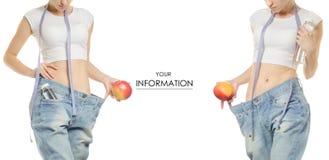 Jeune femme dans la perte de poids de jeans amincissant avec une bouteille de centimètre de pomme d'ensemble de modèle de l'eau Images stock