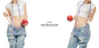 Jeune femme dans la perte de poids de jeans amincissant avec une bouteille de centimètre de pomme d'ensemble de modèle de l'eau Photos libres de droits