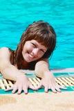 Jeune femme dans la piscine Image libre de droits