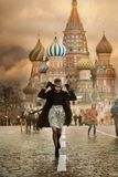Jeune femme dans la place rouge de Moscou