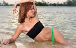 Jeune femme dans la plage Photo stock