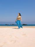 Jeune femme dans la plage Photos libres de droits