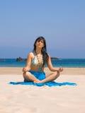 Jeune femme dans la plage Image libre de droits