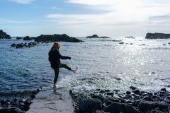 Jeune femme dans la plage Elle joue avec de l'eau image libre de droits