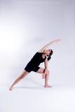 Jeune femme dans la pose de yoga Image stock