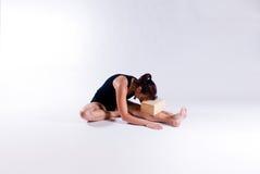 Jeune femme dans la pose de yoga Photo stock