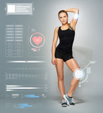 Jeune femme dans la pose noire de vêtements de sport Image stock