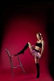 Jeune femme dans la présidence d'énergie de costume de sport de danse photo stock