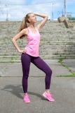 Jeune femme dans la promenade de style occasionnel de sport en parc de ville au jour ensoleillé après la formation Concept de mod photos stock