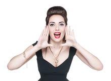 Jeune femme dans la rétro goupille vers le haut du style criant par le sha de mégaphone Photographie stock