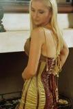 Jeune femme dans la robe antique Images libres de droits