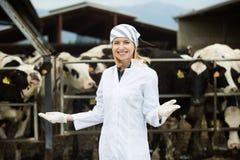 Jeune femme dans la robe blanche à l'exploitation d'élevage Image stock