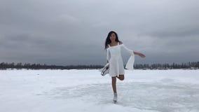 Jeune femme dans la robe blanche banque de vidéos