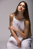 Jeune femme dans la robe blanche image stock