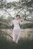 Jeune femme dans la robe de dentelle Image stock