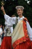 Jeune femme dans la robe de gens Image stock