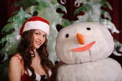 Jeune femme dans la robe de snowgirl Images stock