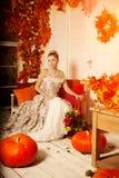 Jeune femme dans la robe de vintage sur le porche d'automne Fille de beauté dans le fa photo stock