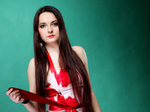 Jeune femme dans la robe fleurie d'été sur le vert Photographie stock libre de droits