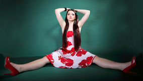Jeune femme dans la robe fleurie d'été sur le vert Images stock
