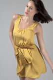 Jeune femme dans la robe jaune circulante Photo stock