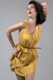 Jeune femme dans la robe jaune circulante Photos stock