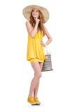 Jeune femme dans la robe jaune d'été d'isolement dessus Photos libres de droits