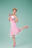 Jeune femme dans la robe rose de vintage Image stock