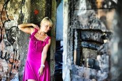 Jeune femme dans la robe rose parmi les ruines Photos libres de droits