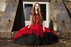 Jeune femme dans la robe rouge. image stock