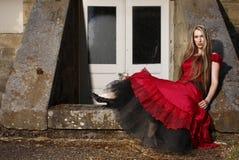 Jeune femme dans la robe rouge. photo libre de droits