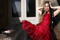 Jeune femme dans la robe rouge. images stock